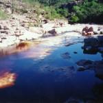 Leito de rio cristalino